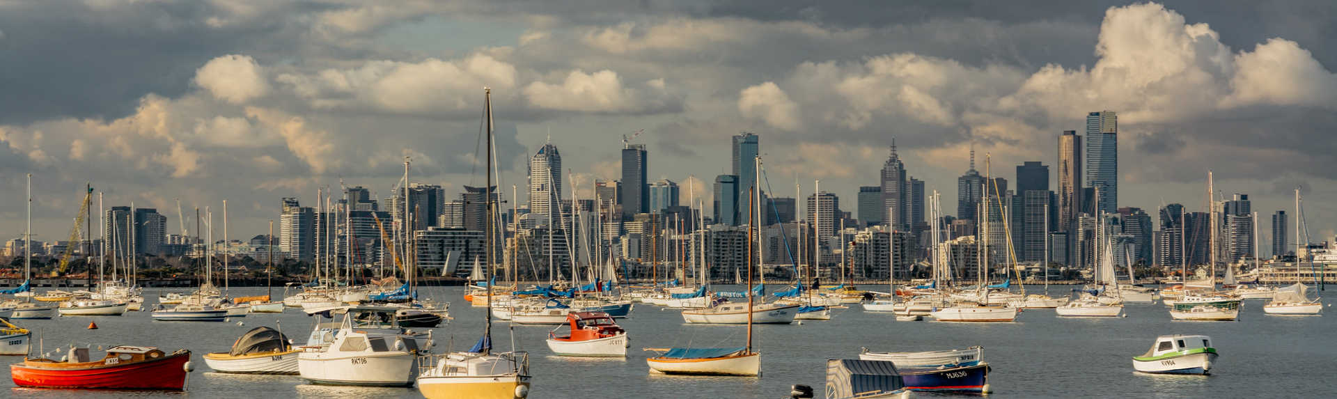 Where do tourists stay in Melbourne?